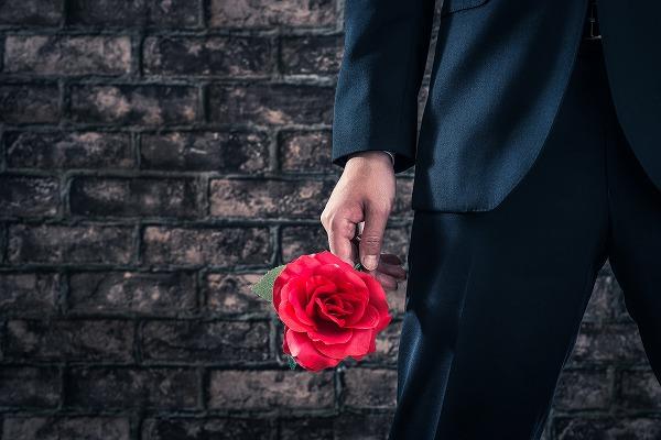 バラを持つバチェラー